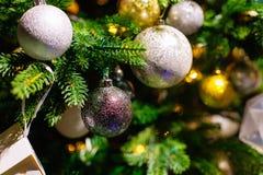 在被弄脏的,闪耀的背景的装饰的圣诞树 免版税库存照片