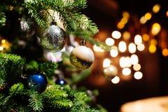 在被弄脏的,闪耀的背景的装饰的圣诞树 免版税库存图片