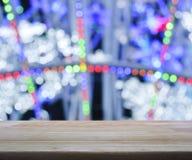在被弄脏的轻的五颜六色的bokeh背景的空的木桌, 免版税库存图片