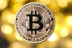 在被弄脏的轻的背景的金黄bitcoin 免版税库存图片
