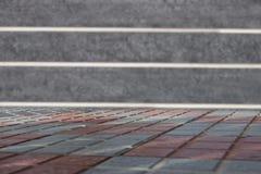 在被弄脏的granit墙壁前面的空的桌 您的p的模板 免版税库存照片