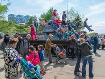 在被恢复的T-34中型油箱的儿童游戏 库存照片