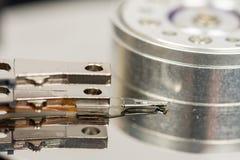 在被打开的个人计算机光盘里面被隔绝在白色背景 免版税库存图片