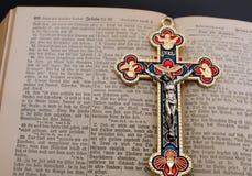 在被打开的古色古香的德国圣经的耶稣受难象 库存图片