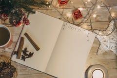 在被打开的笔记本写的2018年 圣诞节和新的肯定顶视图  免版税库存照片