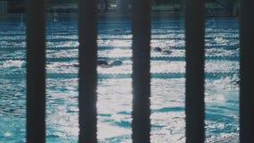 在被打开的swimpool的锻炼 股票录像