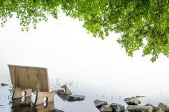 在被找出的河沿、偏僻的感受或者美好的爱的大理石长凳 库存图片
