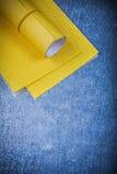 在被抓的金属背景研磨剂的黄色擦亮的纸 库存照片