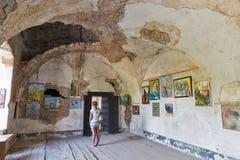 在被抛弃的中世纪城堡圣徒Miklosh, Chynadievo,乌克兰的美术画廊 免版税库存图片