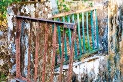 在被抛弃的导师Ma的入口的残破的金属门 免版税库存图片