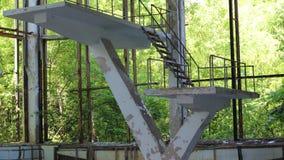 在被抛弃的游泳场的Pripyat切尔诺贝利禁区跳跃的平台 股票视频