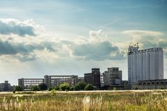 在被拆毁前的空的工业工厂厂房 免版税图库摄影