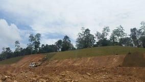 在被挖掘的区域的Turfing在建造场所 免版税库存照片