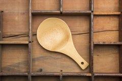 在被排版的盘子的木匙子 免版税库存图片