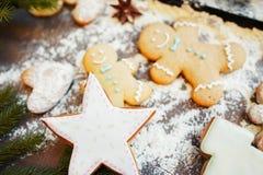 在被撒粉于的桌上的圣诞节传统酥皮点心 免版税库存图片