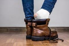 在被撕毁的袜子的脚 免版税库存照片