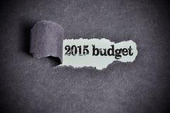 在被撕毁的黑糖纸下的2015预算词 库存图片