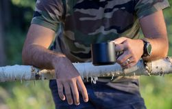 在被操刀的大农场的人饮用的咖啡 免版税库存图片