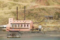 在被放弃的俄国北极解决Pyramiden,挪威的被破坏的发电站大厦 库存照片