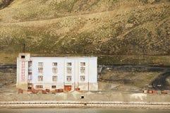 在被放弃的俄国北极解决Pyramiden,挪威的离开的大厦 图库摄影