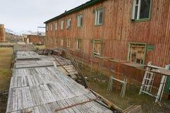 在被放弃的俄国北极解决Pyramiden,挪威的离开的木大厦 免版税图库摄影