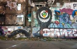 在被放弃的修造的墙壁上的未知的街道画艺术家绘画 库存图片