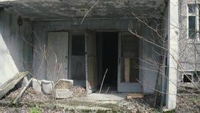 在被放弃的公寓的公寓楼入口在切尔诺贝利,Pripyat,乌克兰中 股票录像