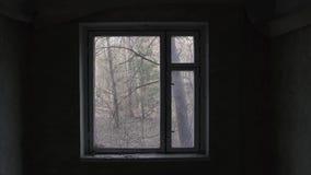 在被放弃的公寓的窗架在切尔诺贝利,Pripyat,乌克兰中 影视素材