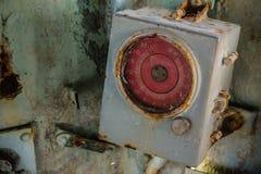 在被放弃的军舰里面驾驶舱的残破和非常老圆的测量仪  库存照片