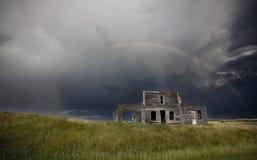 在被放弃的农厂房子的风暴 免版税库存图片