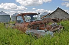 在被放弃的农庄的Junked卡车 免版税库存图片