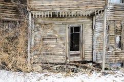 在被放弃的农舍的崩溃的门廊 免版税库存图片