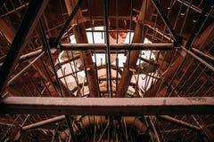 在被放弃的冷却塔里面,抽象工业金属建筑 库存图片