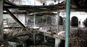 在被放弃的和被毁坏的糖工厂里面 库存照片