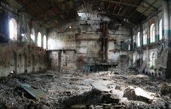 在被放弃的和被毁坏的糖工厂里面 免版税库存图片
