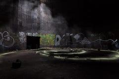 在被放弃的地下汽油箱里面 库存图片
