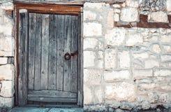 在被放弃的城堡的老木门 免版税图库摄影