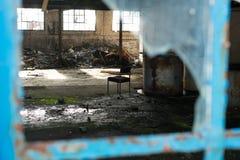 在被放弃的大厦的椅子 免版税库存照片
