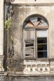 在被放弃的大厦的老木窗口 免版税库存图片