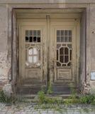 在被放弃的大厦的被风化的木门 免版税库存图片