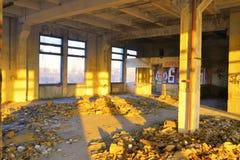 在被放弃的大厦的里面在日落光 库存照片
