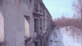 在被放弃的大厦的飞行,在冬天季节的老被毁坏的大厦 r 股票视频