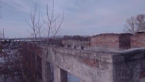 在被放弃的大厦的飞行,在冬天季节的老被毁坏的大厦 r 影视素材