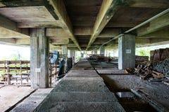 在被放弃的大厦的建筑工具 免版税图库摄影