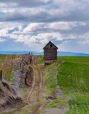 在被放弃的宅基的老谷粮仓 免版税库存图片
