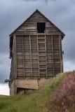 在被放弃的宅基的老谷粮仓 库存照片