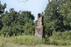 在被放弃的密西西比宅基的老烟囱 免版税库存照片
