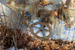 在被放弃的工厂厂房的生锈的煤气管连接 免版税库存照片