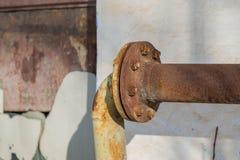 在被放弃的工厂厂房的生锈的煤气管连接 库存图片