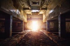 在被放弃的工厂厂房的走廊 库存照片